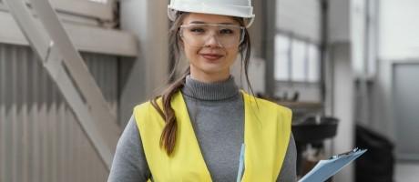 Mujer con casco, chaleco y gafas de protección